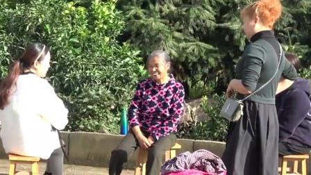 农村王四:家里来了3位朋友给王四老妈按摩, 看她享受的表情, 实在是太感谢了