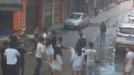 贵州一对小情侣吵架 女孩骂男友朋友是狐朋狗友 引发街头群殴