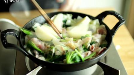 《韩国农村美食》培根炒香后,配上各种蔬菜芝士一起烤,看着很有食欲