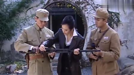 八路军缴获了一把狙击枪,却没有人会用,不料只有美女会用
