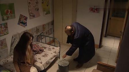 性感女明星被绑架,不料半夜向上厕所,绑匪拿着桶进来了!