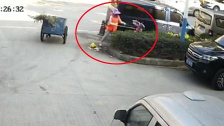 广东河源一环卫工竟将垃圾倒进路边花坛 网友:没素质