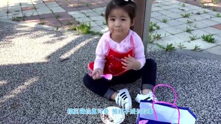萌娃小可爱偷偷在公园吃冰激凌!小家伙真是贪吃呀!萌娃:好美味的冰激凌呀!