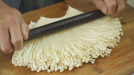 金针菇我就爱这样做,擀面杖压一压,轻松几步就搞定,一次2斤不够吃,汤汁都不剩,比吃肉还香,好吃又下饭