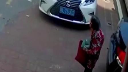 司机倒车前,未观察汽车的四周,监控拍下揪心画面!