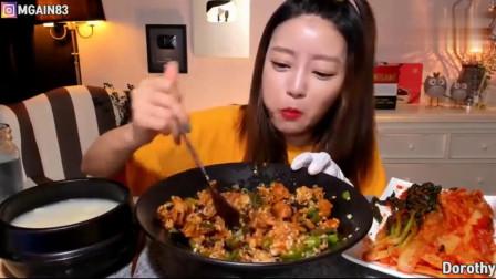 韩国吃播大胃王,吃青辣椒拌饭,还要配上辣白菜,真的不怕辣