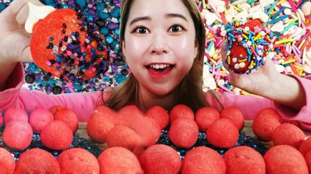 草莓棉花糖蘸上星空糖,像是旋转的神秘星空,连心都被治愈!