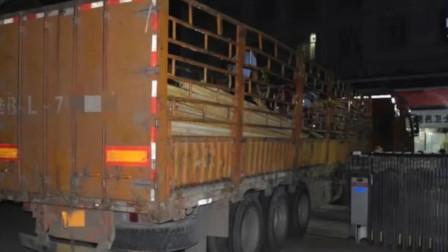 女子安全岛边等灯 被货车外露钢管撞击倒地