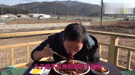 韩国农村小伙做美食吃播视频赚大钱修别墅,还吃简单的泡面配泡菜