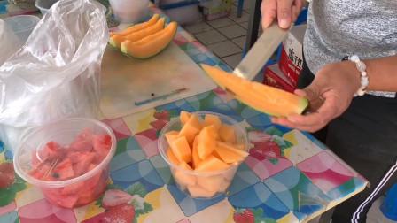 开车路过瓜州服务区,上小摊贩那花10块钱买一个甜瓜,甜到掉牙了