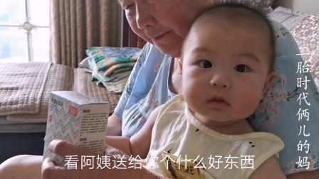 阿姨送的神器,五个月宝宝吃水果由尴尬变自如