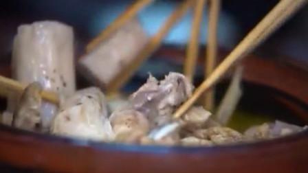 整鸡切块加姜片炖煮,放入汆烫过的竹篙薯,香气四溢令人口舌生津
