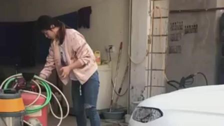 老板娘亲自洗车,本来还挺高兴,结果一车的泡沫是个啥意思?