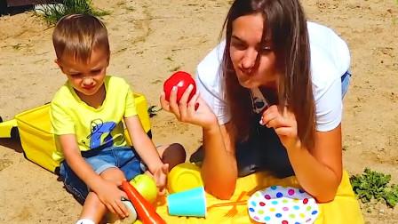 萌娃小正太和妈妈野餐在吃水果,太好吃啦!