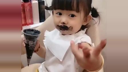 小萝莉吃巧克力冰淇淋,秒变大胡子,看着都开心