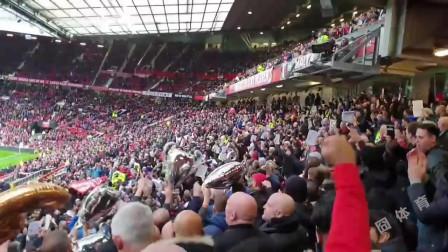 气氛嗨爆!现场实拍英超曼联利物浦大战,球迷互怼现场嗨翻天