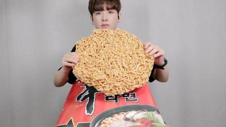 超大袋辛拉面咋吃?蔬菜包放满一整盘,网友:能吃好几天