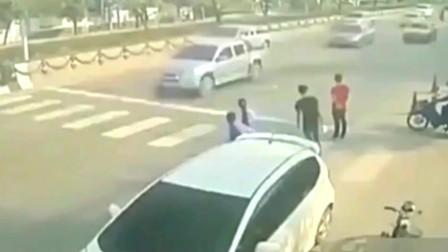 监控:这场车祸该怪谁,这画面看着都觉得滑稽