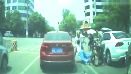 面包车主开了一下车门,摩托车直接撞了上去