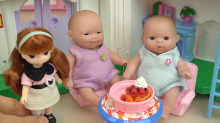 娃娃照顾小芭比,做蛋糕给他们吃,吃完一起玩滑梯咯