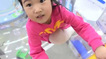 宝宝在游乐园玩彩色球