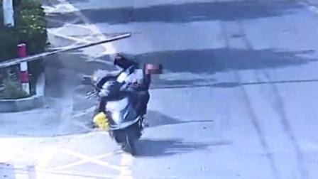 路边伸出超长木棍刮倒骑车男 交警:双方同等责任