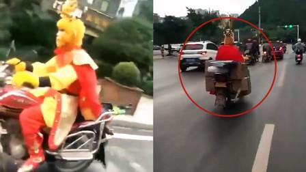 """四川""""猴哥""""驾驶摩托车上路被举报!交警看完举报视频:违法必究"""