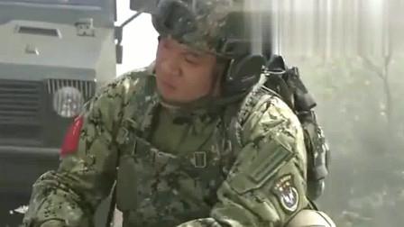 特种兵之火凤凰:女兵训练偷懒,教官直接放狗咬屁股,太狠了!