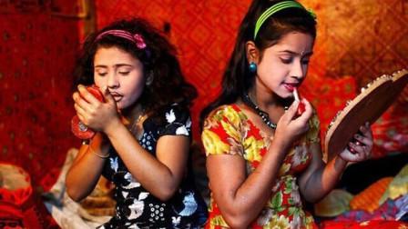 """直击印度最大贫民窟的女孩们,12岁踏足""""服务业"""",10块钱随便挑"""