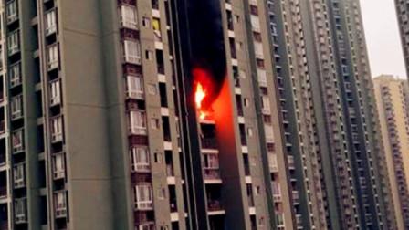 【重庆】重庆一住户家中发生火灾 现场火势凶猛浓烟冲天