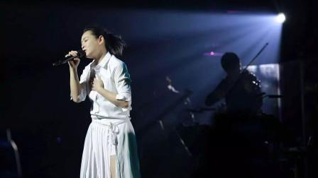刘若英泪崩万人现场,演唱会只要一开头,就有数万粉丝大合唱