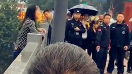 【重庆】女子翻出大桥护栏欲轻生 市民拍下惊险尖叫瞬间