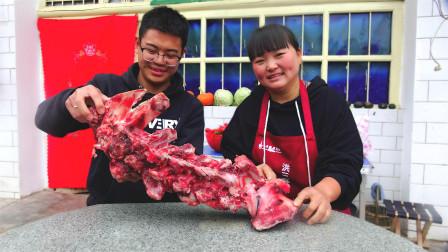 牛肉太贵,弟弟70买了10斤这大骨,姐姐大铁锅炖2小时,吃过瘾了