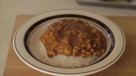 《韩国农村美食》西红柿洋葱打成泥,配上牛肉粒炒香,放入咖喱酱更香