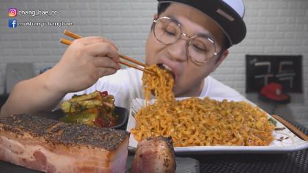 韩国吃播:芝士火鸡面+烟熏五花肉,搭配黄瓜泡菜,辣得真过瘾啊