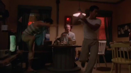 拳击小子:小伙想喝咖啡男子不管泡,好不容易拿到,又被吓回去了