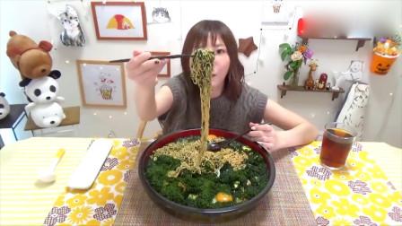 大胃王挑战吃巨无霸海苔黄油蒜香鸡蛋拉面,简单