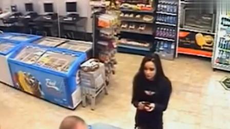半夜两女子进去超市购物,没想到下秒女子竟然做出如此不要脸画面