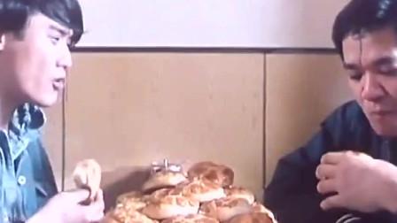 梁家辉狂吃菠萝面包+太能吃了+对方都吓到了~
