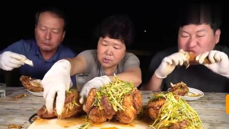 韩国农村一家人:韩国兴森吃播不爱看镜头的一家今天就简单的一人一只鸡加辣拌葱丝
