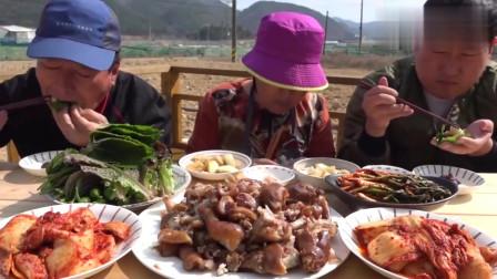 韩国农村一家人:上次的猪蹄兴森没吃好,老妈又煮了一大锅,这么多肉一顿就吃完
