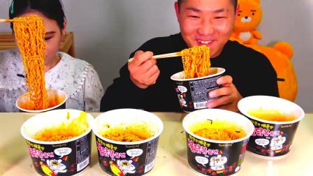 韩国大胃王卡妹,和男友比赛吃火鸡面,女生吃法这么豪放吗