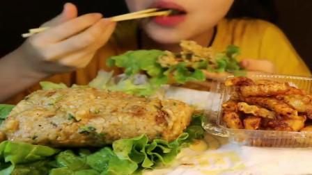 吃播大胃王:小姐姐吃手抓包饭,直接塞嘴里面吃真的是爽,网友:吃的真香!