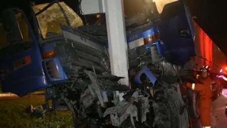 货车撞碎限高杆失控滑行 又撞路灯杆车头报废