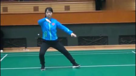 女子武术:世界冠军邱慧芳,示范简化二十四式太极拳,行云流水值得学习!
