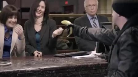 男子拿香蕉当枪抢东西,大家都以为是搞笑的,结果竟可以开枪