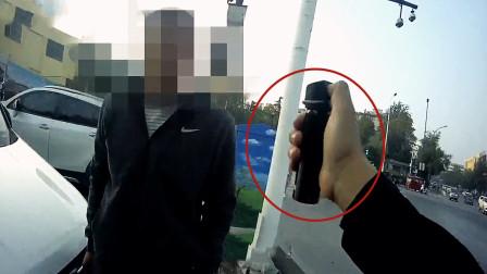 实拍:河南货车司机抢处罚书抗法 民警警告无效果断使用催泪喷剂