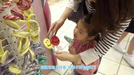 萌娃小可爱买了一块超大的棒棒糖,小家伙不怕长蛀牙吗?萌娃:偶尔吃一次啦