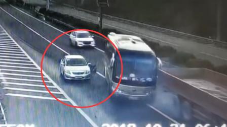 轿车高速路出口突然变道停车 险致35人丧命