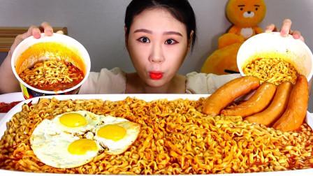 韩国大胃王卡妹:10包火鸡面和火腿肠,吃到腮帮子都鼓起来了,真过瘾